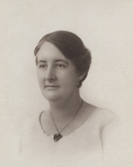 Helen Hall, Perth 1924, cropped.png