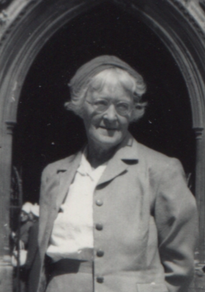 Kathleen Munday outside Kings College Chapel, August 1961 (cropped).png