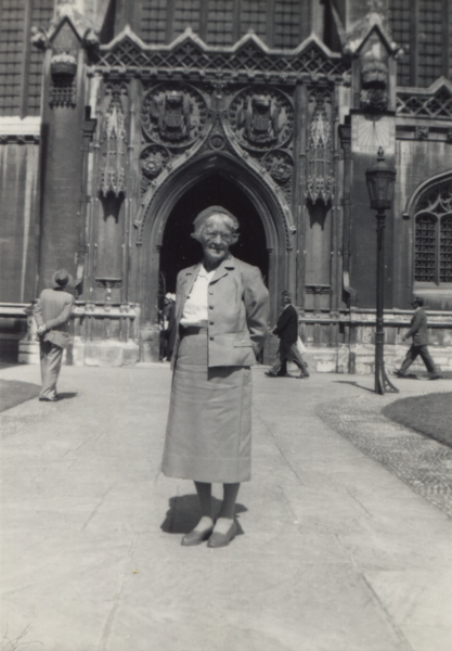 Kathleen Munday outside Kings College Chapel, August 1961.png