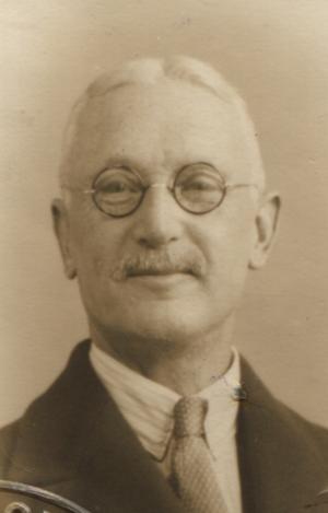 Richard Hancox's 1933 passport photo (cropped).png