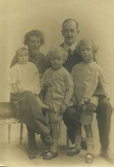 Barker family portrait, 1920.jpg